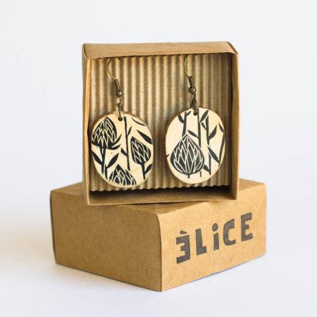 boucles d'oreilles présentées dans une boîte en origami
