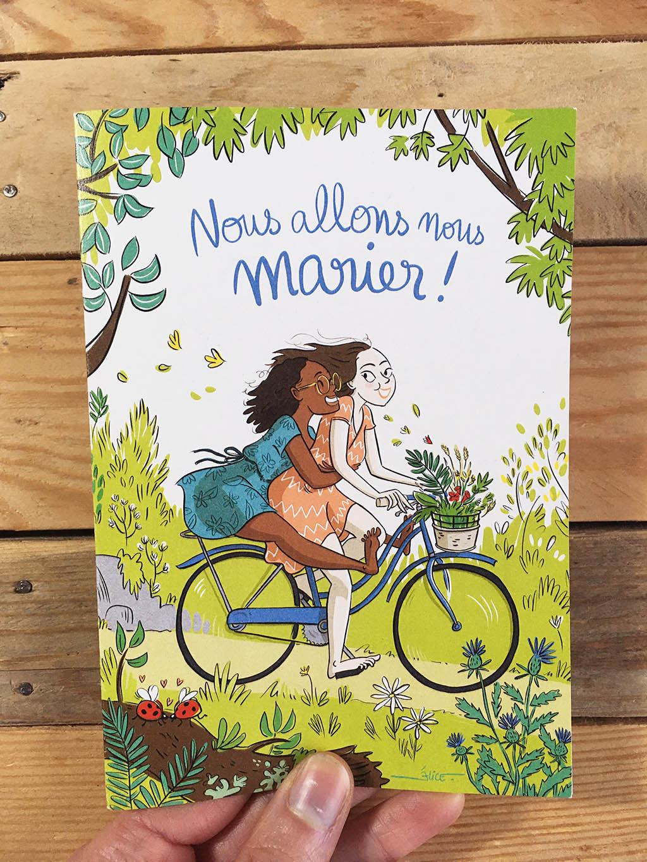 deux femmes sur un vélo dans la campagne