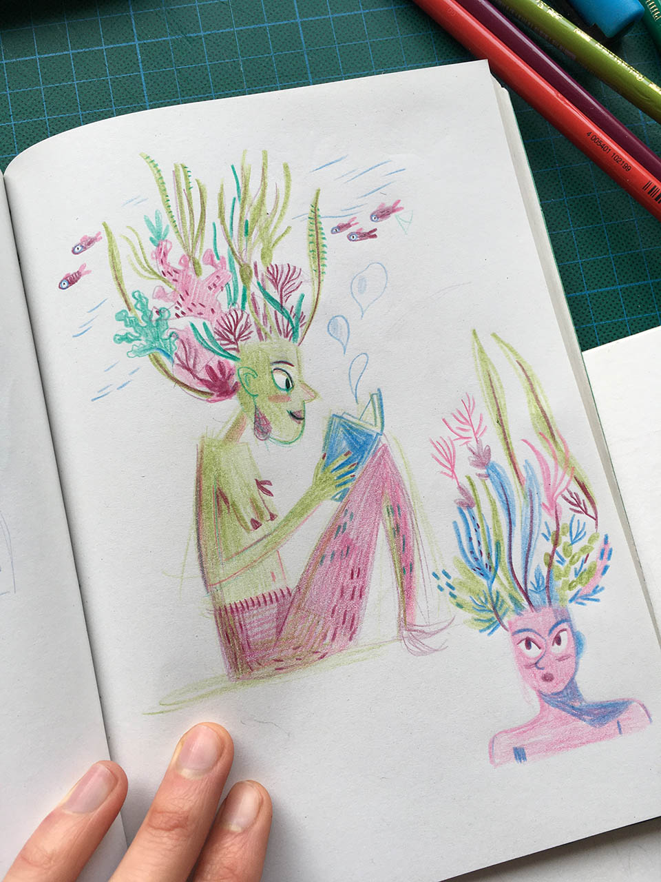 dessin au crayon de couleur d'une sirène avec des algues sur la tête