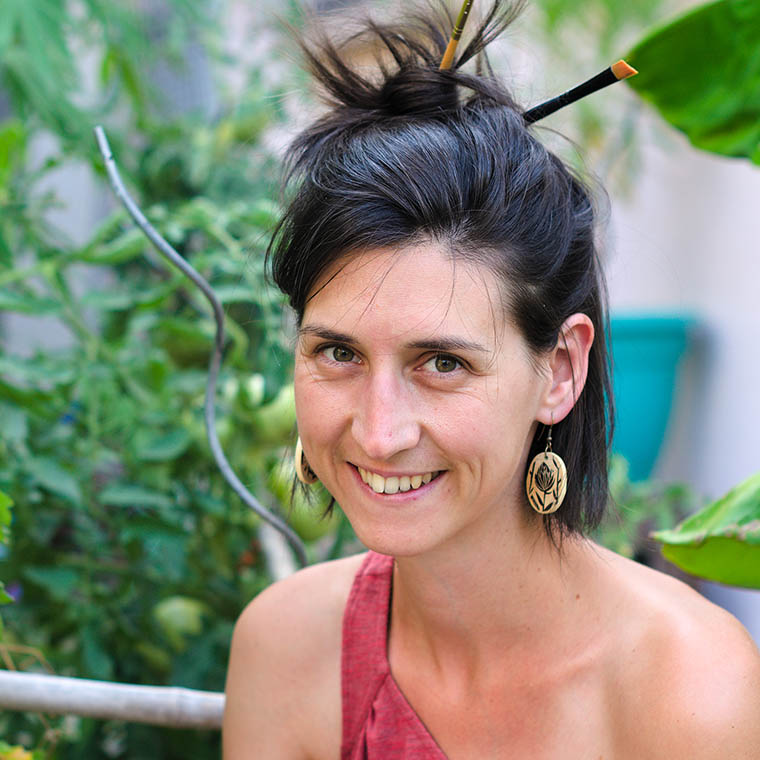 femme artiste pinceau dans les cheveux